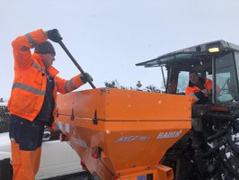 Les ouvriers en action sous la neige
